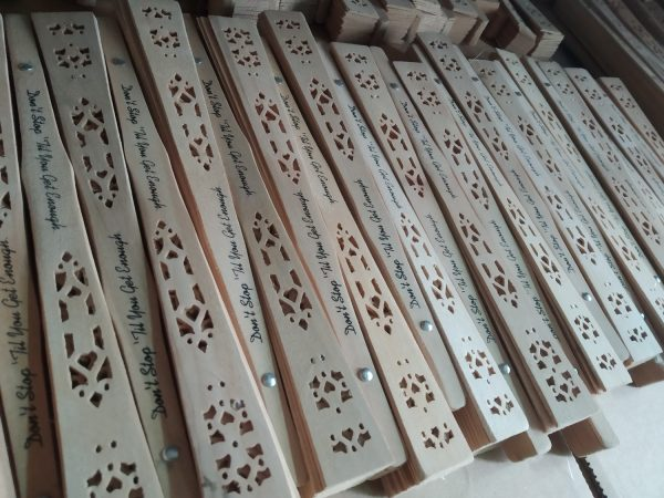 customized-sandalwood-fans-small-gifts-for-wedding-party-guests-wedding-favors-wholesale